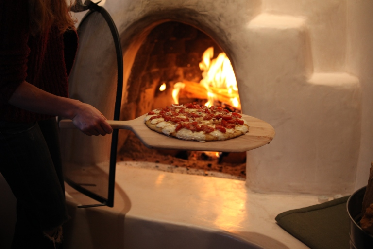 Pizza_baking_in_Wood-fired_oven